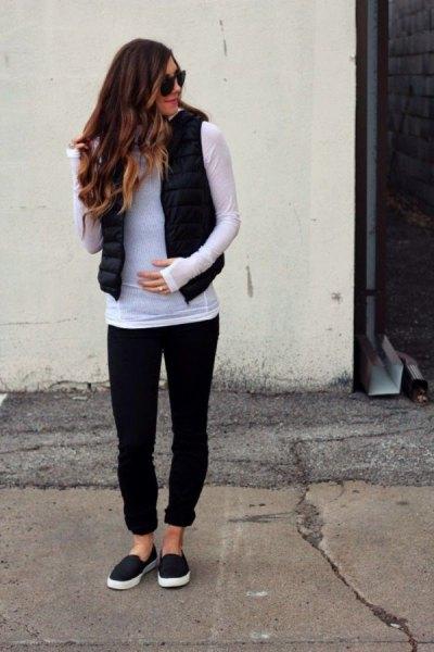 grå långärmad T-shirt med svart pufferväst och manschettjeans