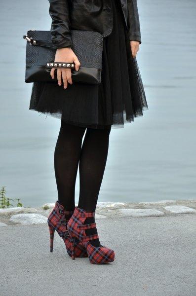 svart skinnjacka med mini tyll kjol och röda rutiga klackar