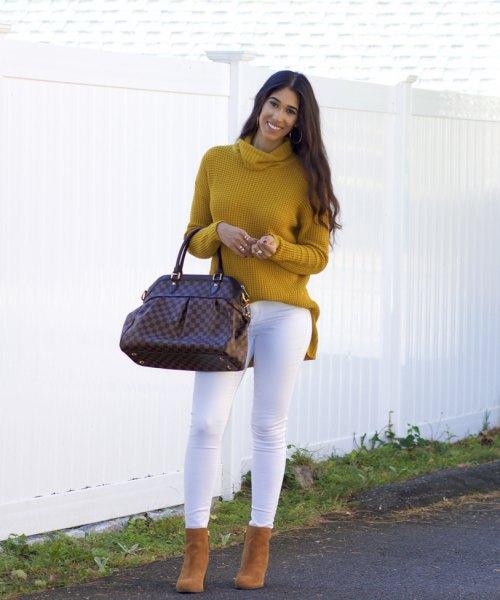 Senapsgul, ribbad tröja med en halsringning och vita skinny jeans