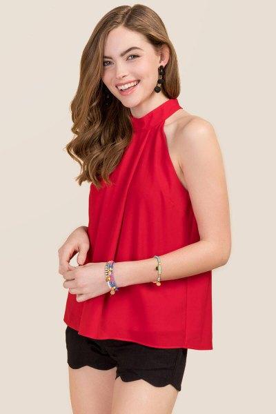röd chiffong topp svarta mini shorts med korsad fåll