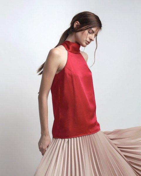 röd siden topp ljusrosa veckad klänning