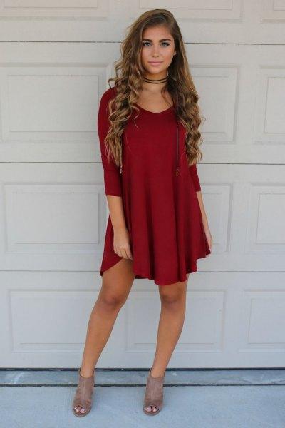 Burgundy shift-klänning, röd choker