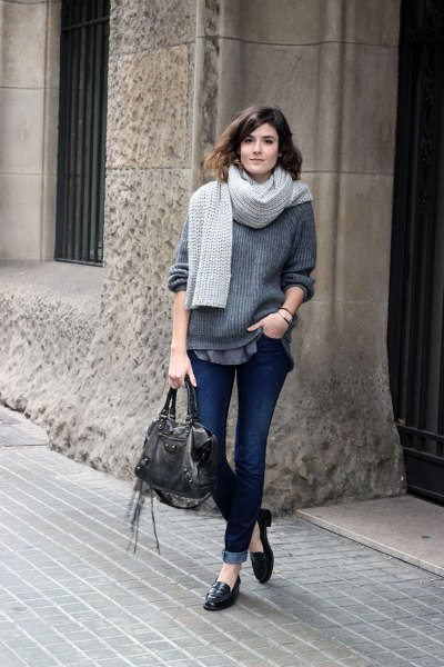 grå, ribbad, tjock tröja med mörka jeans med muddar och slip-on tofflor i läder