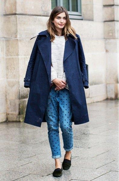 Mörkblå långärmad kavaj med prickade jeans