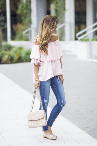 vit fluffblus utan axel med blå jeans och rosa tofflor