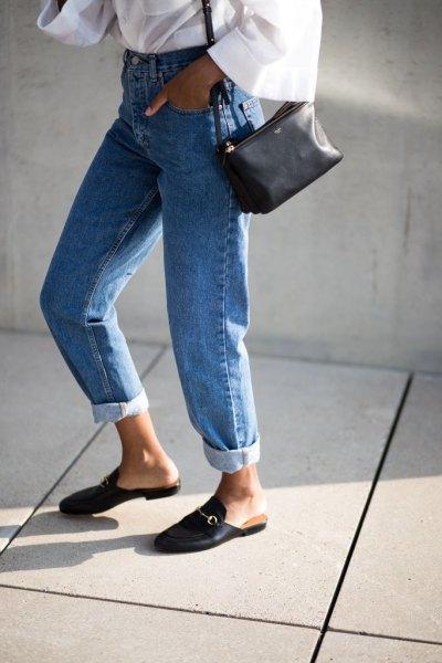 vit vidärmad blus med mamma jeans och tofflor