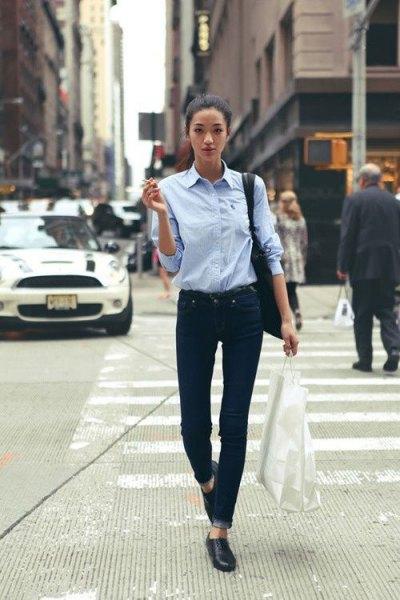 Ljusblå skjorta med knappar, svarta skinny jeans och lädersko