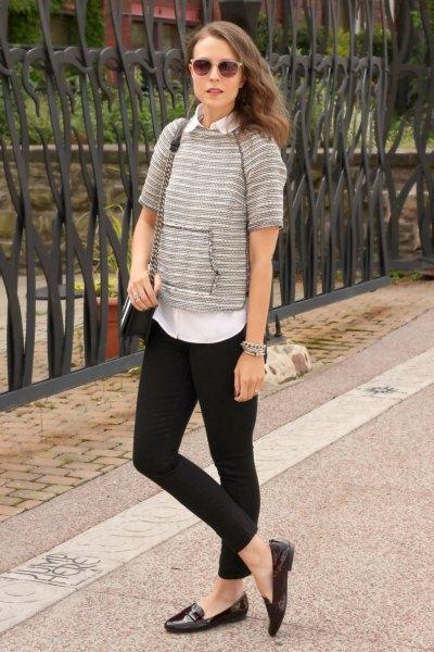 grå kortärmad tröja med vit skjorta och svarta slip-on skor