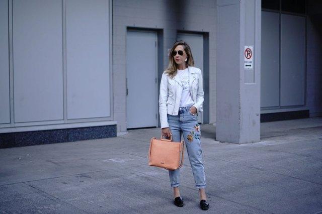 vit skinnjacka med blå broderade mamma-jeans