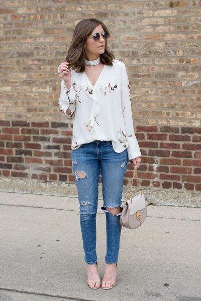 vit chokerhalsblus med rippade jeans