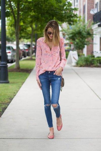 rosa blommablus med blå rippade skinny jeans