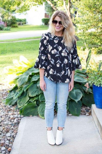 Ljusblå skinny jeans och vita stövlar i läder