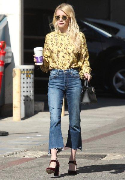 gul blus med blommönster och utsvängda, beskurna jeans