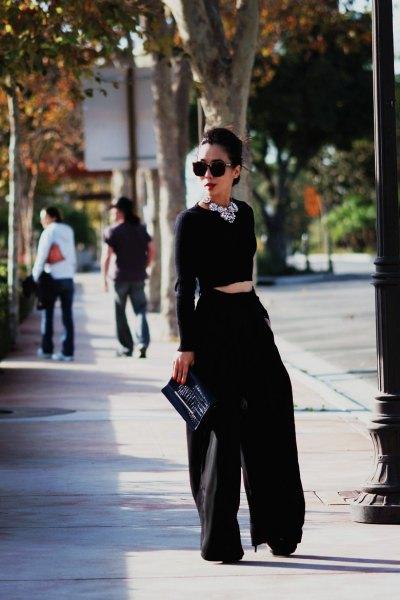 svart, förkortad tröja med matchande byxor med vida ben