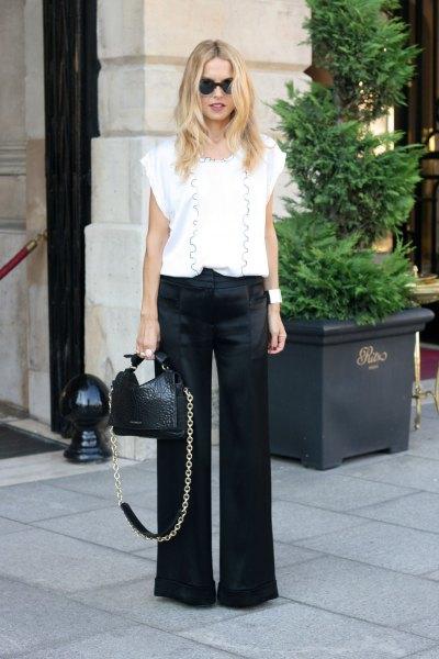 Blus med tryckta vita mössor och svarta byxor med vida ben