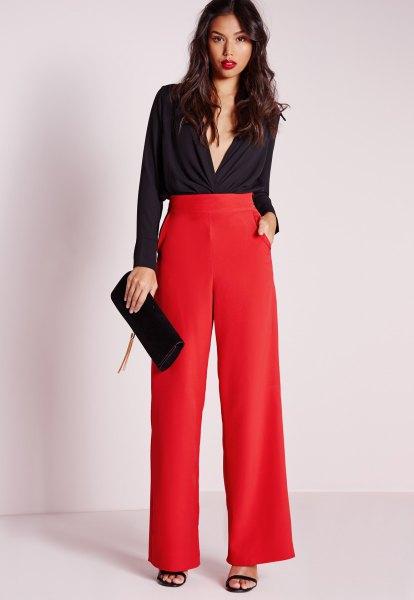 svart blus med djup V-ringning och röda byxor med hög midja och vida ben