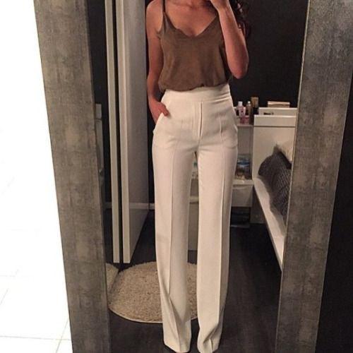 grå camisole med vita byxor med hög midja och vida ben