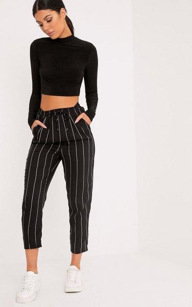 svart, beskuren tröja med stand-up krage och randiga, beskurna byxor med vida ben