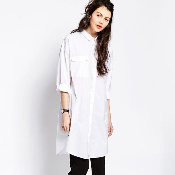 vit lång skjorta med knappar och svarta slim fit jeans