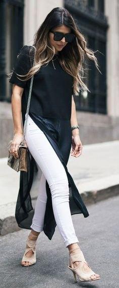 svart maxi-kortärmad blus med hög slits och vita jeans med muddar