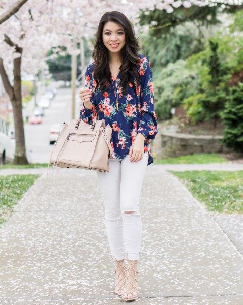 Mörkblå skjorta med blommönster och vita jeans
