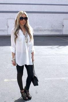 vit långskjorta med knappar, svarta leggings och utskurna stövlar