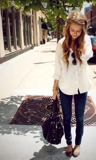 blekgul lång blus med knappar och svarta jeans
