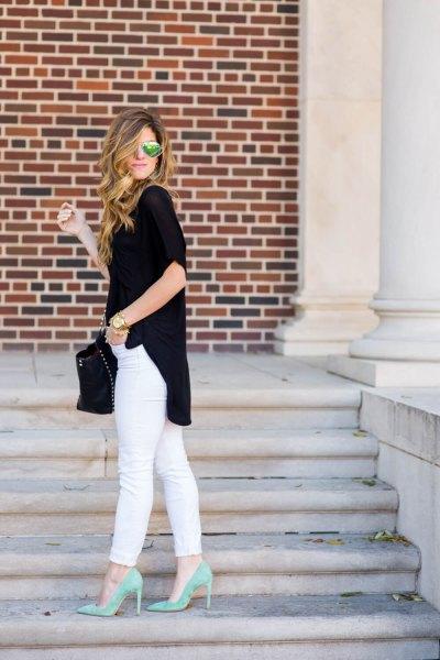 svart kortärmad blus med korta ärmar och avslappnad passform, vita jeans och rosa klackar