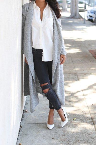 grå longline kofta med vit skjorta och rippade jeans