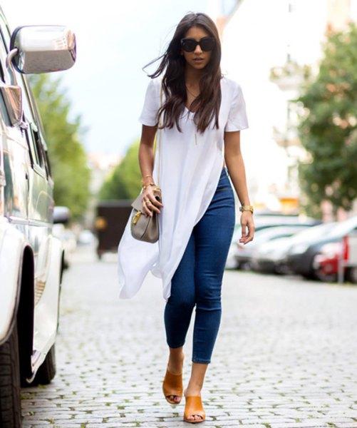 vit, kortärmad, medellång, hög splitblus med jeans med blå snitt