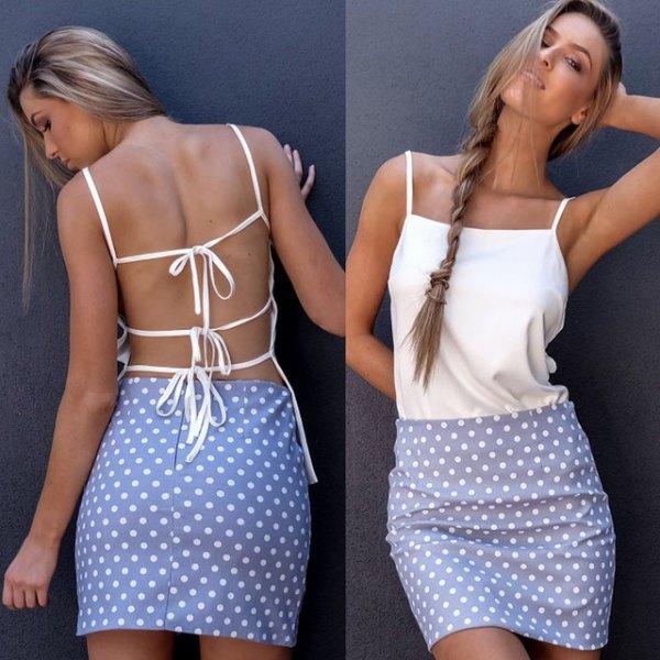 rygglös linne med vita spagettiremmar och himmelblå minikjol med prickar