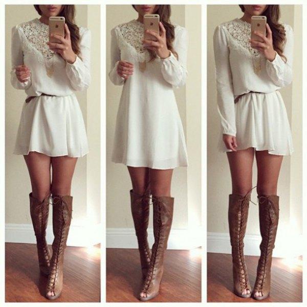 vit mini-skiftklänning med spetsbälte och grå läderstövlar med öppna tår