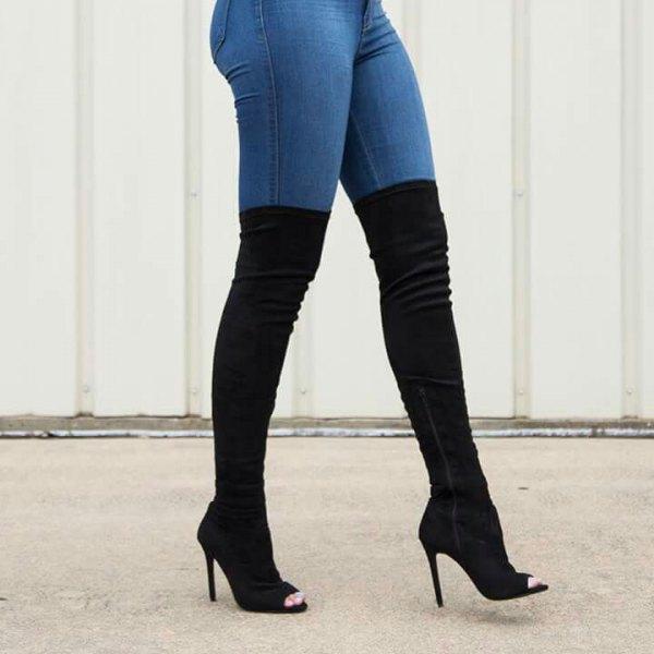 vit blus med blå jeans och svarta knähöga stövlar