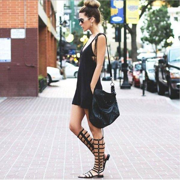 svart slip mini-klänning med knähöga, öppna tå stövlar
