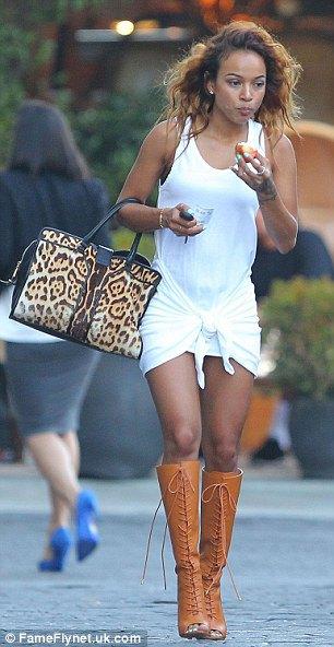 vit knuten miniklänning med knähöga stövlar i brunt läder med öppen tå
