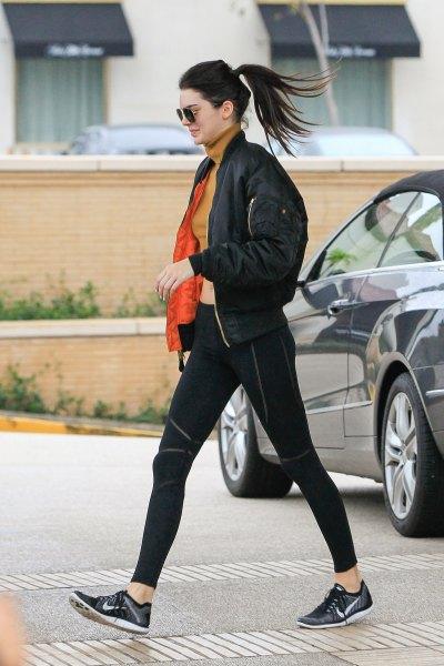 svart bomberjacka med orange kortvarig tröja