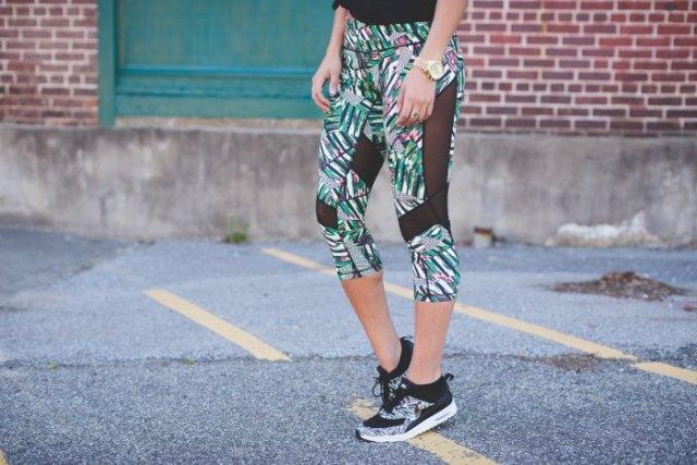 grå, beskurna mesh leggings med blommönster och matchande löparskor