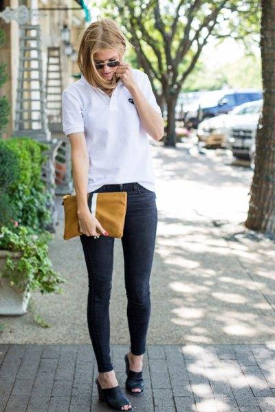Polotröja med mörkblå skinny jeans och handväska i brunt läder