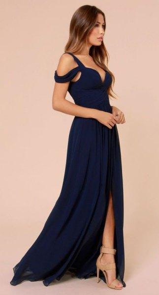 Älskling med kall axel, marinblå klänning med öppen tå och ljusrosa klackar