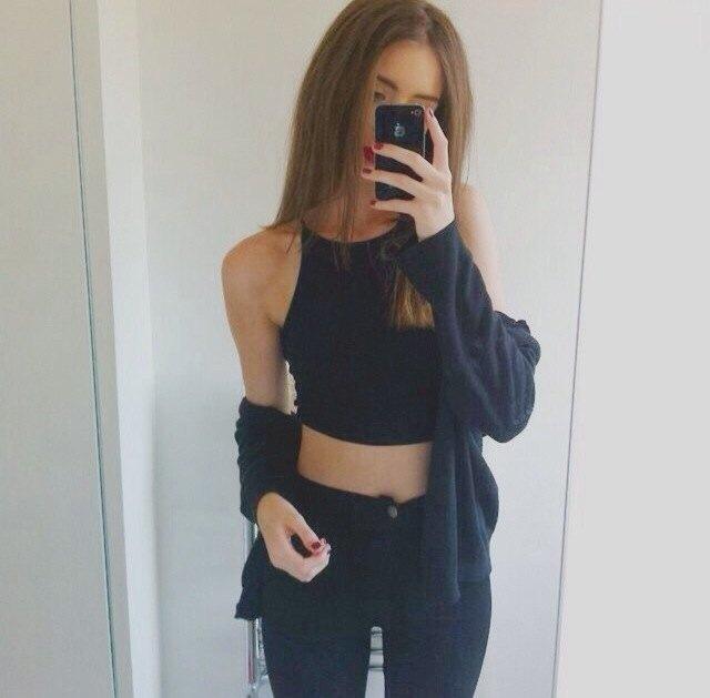 svart crop top cardigan skinny jeans