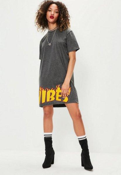 grå och gul grafisk t-shirtklänning med medelstora kalvstövlar
