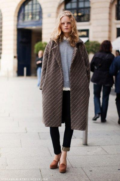 grå longline-kappa med tröja och svarta jeans