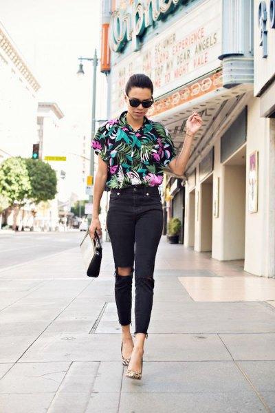 svart aloha-skjorta med blommönster och högklippta skinny jeans