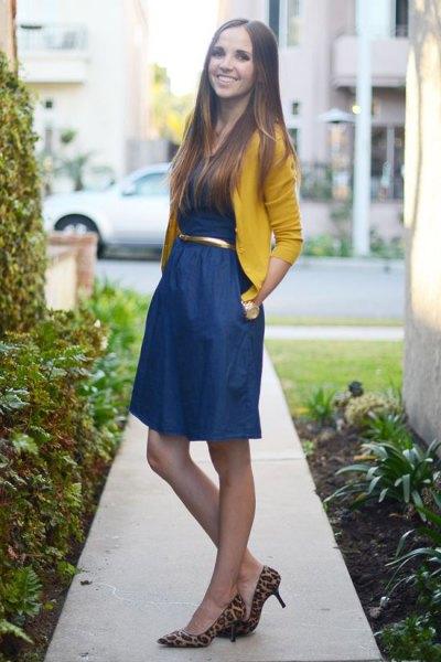 gul bolero-tröja, blå, utsvängd miniklänning med bälte