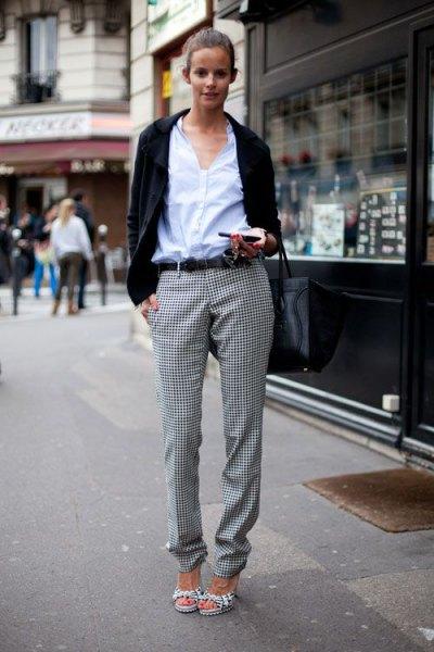 vit skjorta med knappar, svart casual blazer och rutiga flanellbyxor