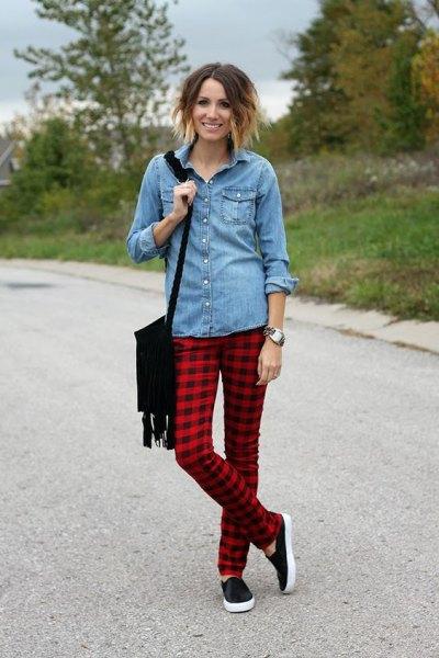 ljusblå chambrayskjorta med knappar och röda och svarta rutiga byxor