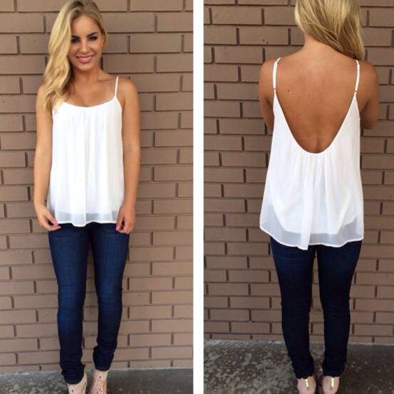 Backless, elegant linne av vit chiffong med blå jeans