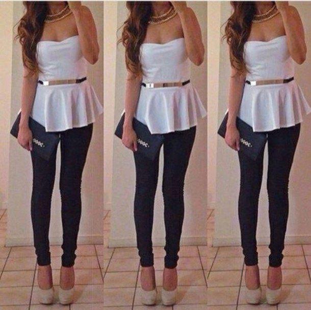 Axelbandslös, elegant peplumtopp med vitt bälte och svarta jeans