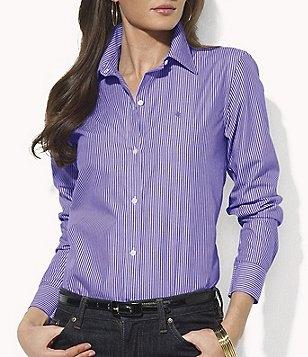 blå och vit randig skjorta med knappar och svarta jeans med smal passform