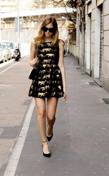 svart passform och flare miniklänning guld sött mönster